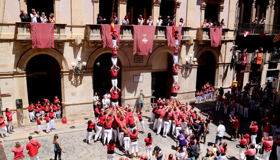 Els dos pilars que la Colla Vella i Joves dels Xiquets de Valls a la plaça del Blat en la diada de Sant Joan.