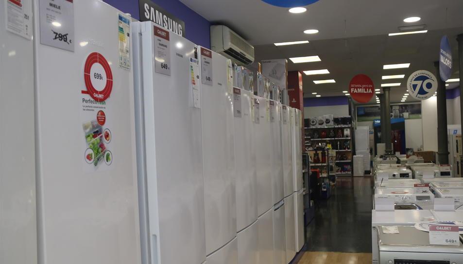 Diverses neveres en un establiment de venda d'electrodomèstics.