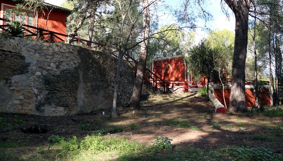 Imatge d'alguns dels antics pavellons de l'Observatori de l'Ebre entre els arbres i el bosc que l'acullen.