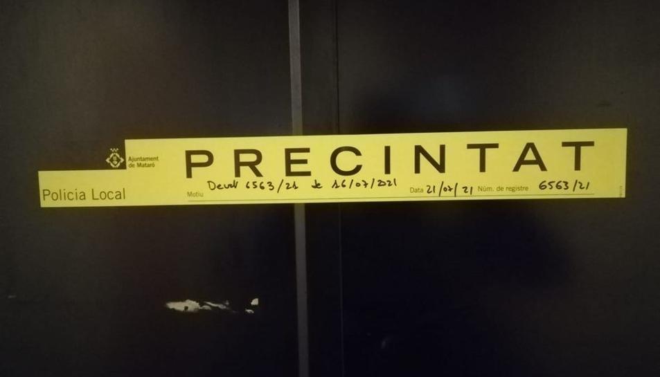 La porta del prostíbul que ha precintat la policia.