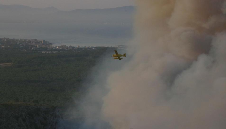 Un hidroavió passant per sobre de l'incendi del Montgrí.