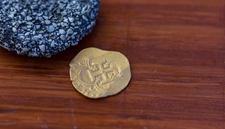 Imatge de la moneda localitzada a només 76 centímetres de profunditat.