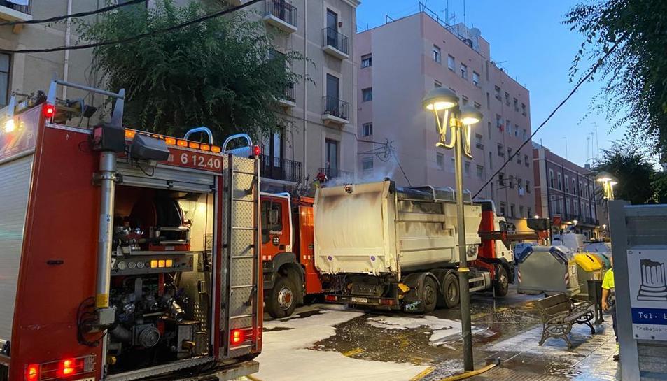 Imatge del camió d'escombraries amb el foc ja apagat pels bombers.