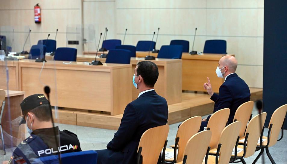 Judici a l'Audiència Nacional contra dos mossos d'Esquadra, d'esquena, que acompanyaven Puigdemont a Alemanya el març del 2018