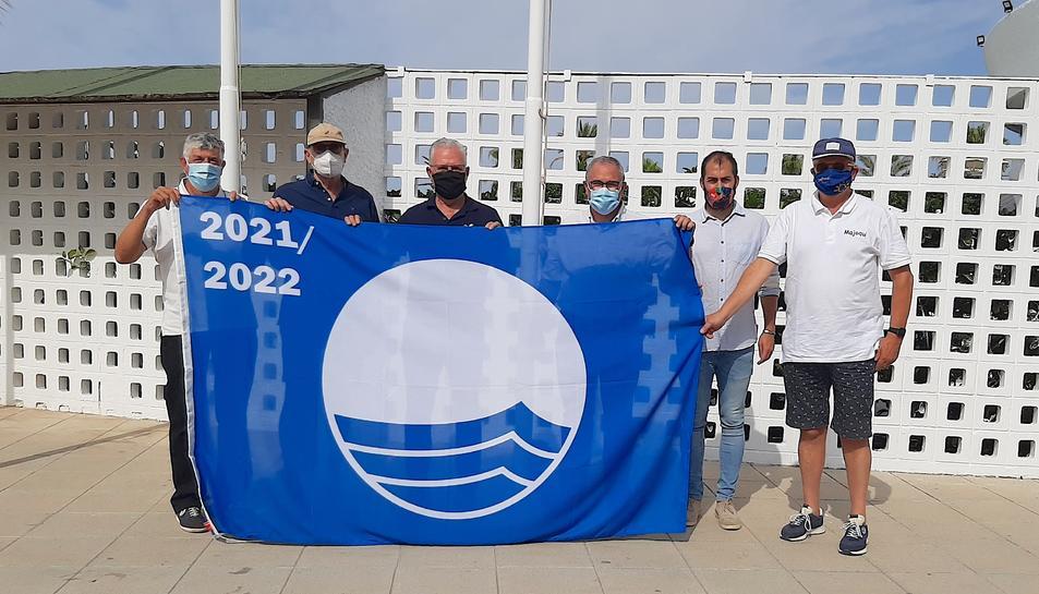 La bandera blava torna a onejar al port esportiu de Salou