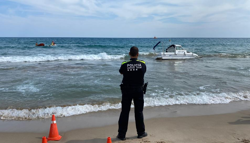 L'embarcació ha estat atesa per la policía local d'Altafulla.