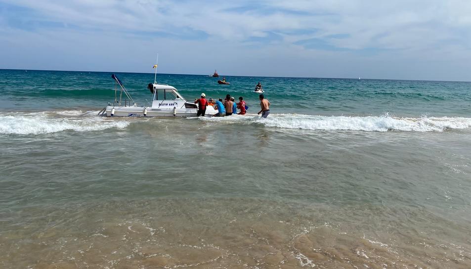 Una embarcació s'accidenta a la platja d'Altafulla per una avaria al motor