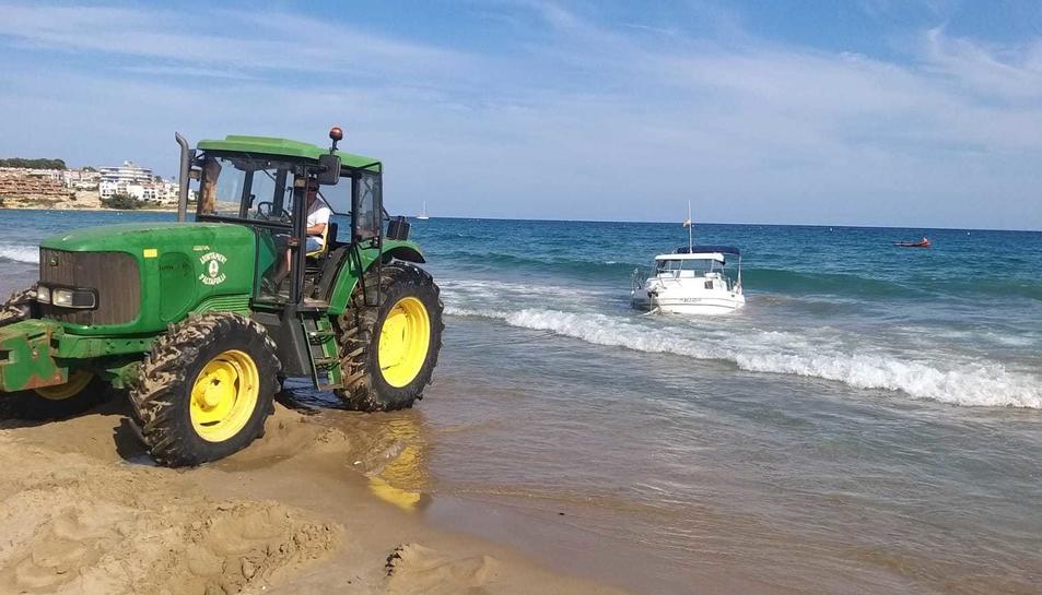 Retiren l'embarcació de la platja.