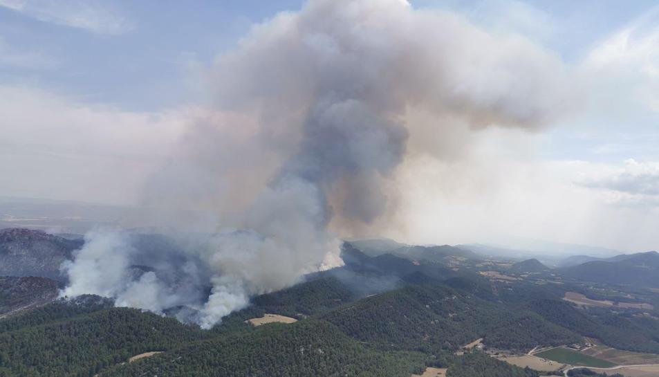 L'incendi de Santa Coloma de Queralt encara és actiu.