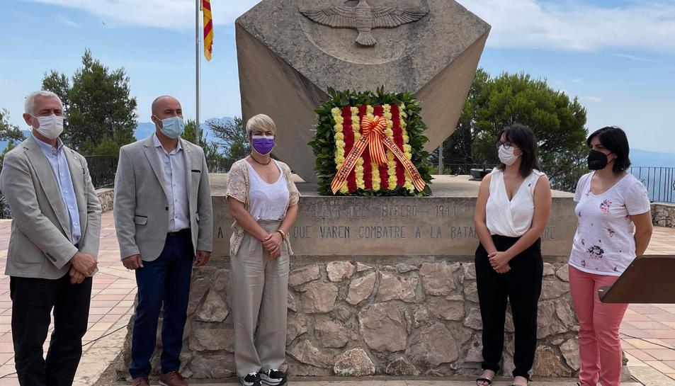 La consellera Ciuró i altres autoritats durant l'homenatge al Pinell del Bra.