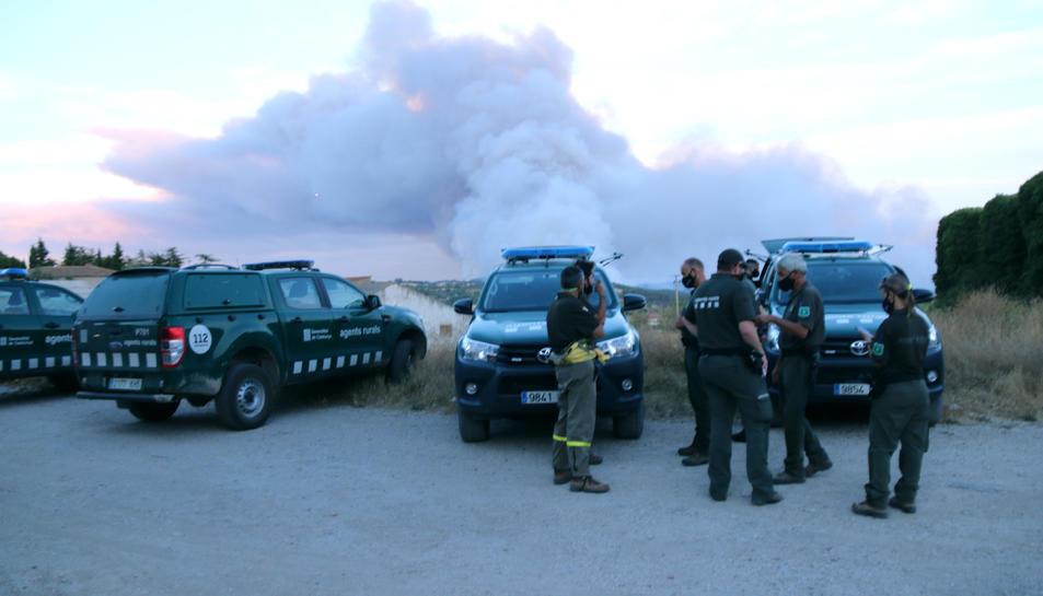 Els agents rurals al centre de comandament dels bombers a Santa Coloma de Queralt observant el foc.