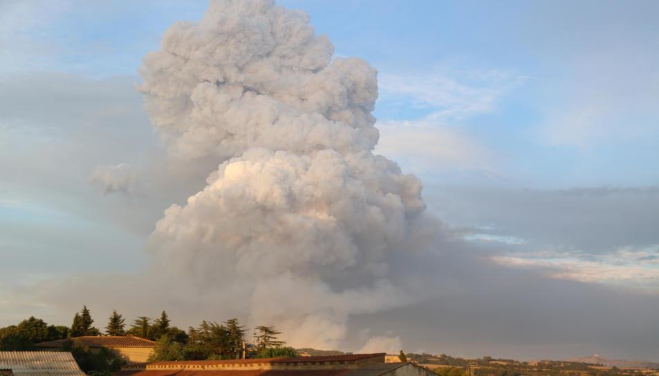 La gran columna de fum que s'ha revifat al cap de l'incendi de la Conca de Barberà i l'Anoia.