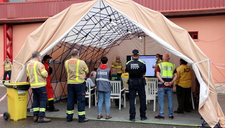 Pla obert de la reunió dels cossos de seguretat amb autoritats al centre de control de l'incendi ubicat a Santa Coloma de Queralt.