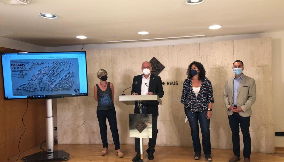 L'alcalde de Reus, Carles Pellicer; la vicealcaldessa, Noemí Llauradó; la regidora d'Urbanisme i Mobilitat, Marina Berasategui, els arquitectes responsables de l'obra i el tinent d'alcalde Daniel Rubio a la presentació de l'avantprojecte