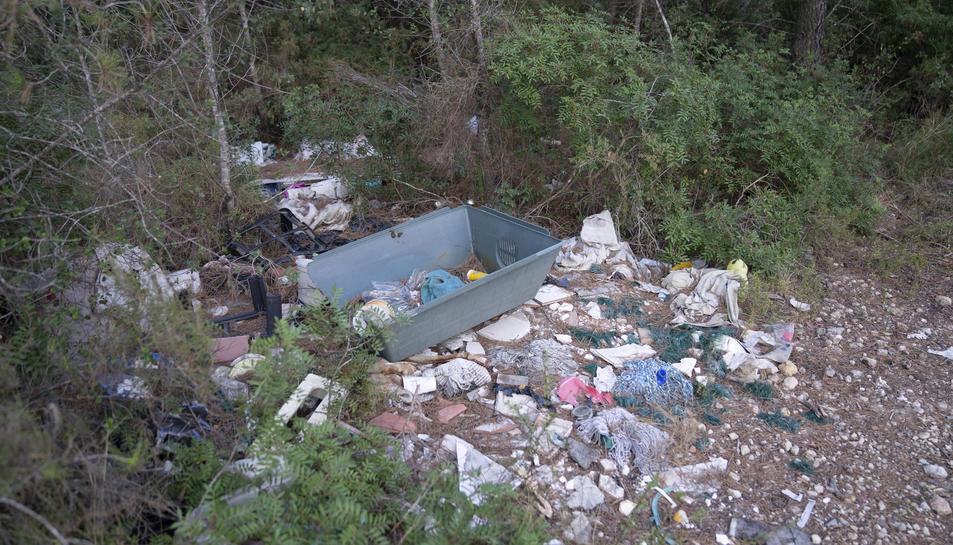 Abocament de residus i deixalles al bosc adjacent a l'ermita del Llorito de Tarragona.
