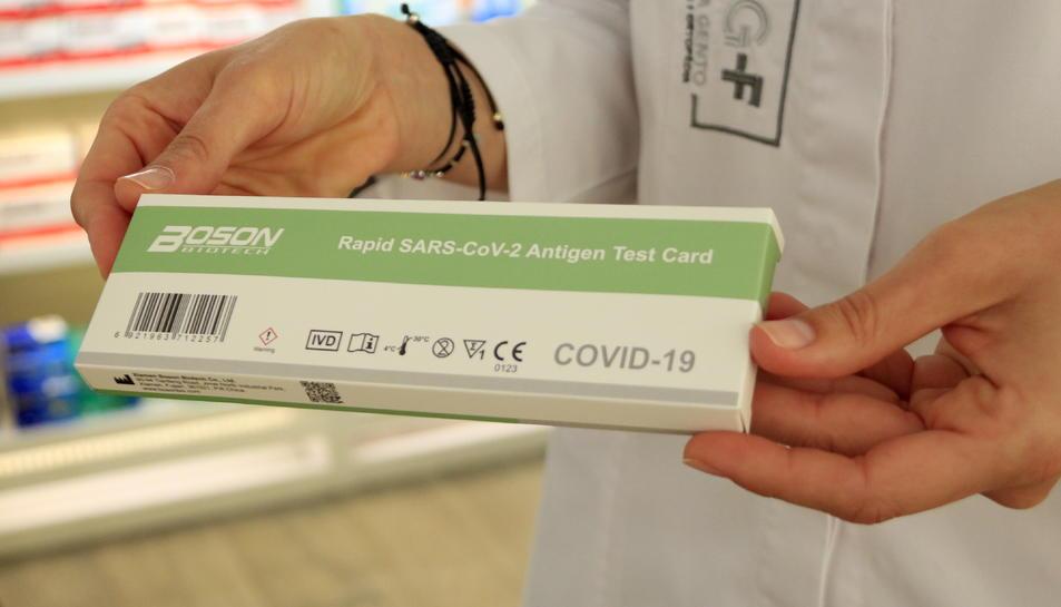 Una capsa d'un test d'antígens ràpid de la covid-19 en una farmàcia.
