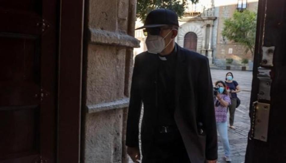 El capellà declarant als jutjats, a porta tancada