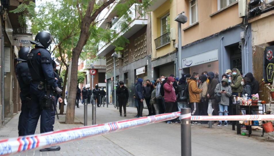 Imatge d'arxiu d'una concentració a Barcelona per intentar aturar un desnonament.