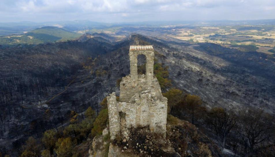 El Castell de Queralt amb tot l'entorn cremat. 28 de juliol de 2021.