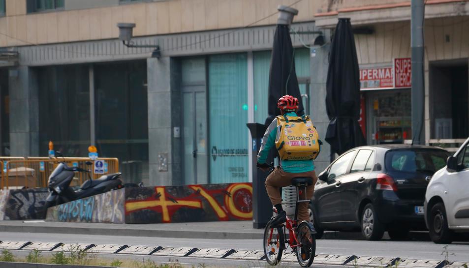 Un rider de Glovo treballant durant l'estat d'alarma.