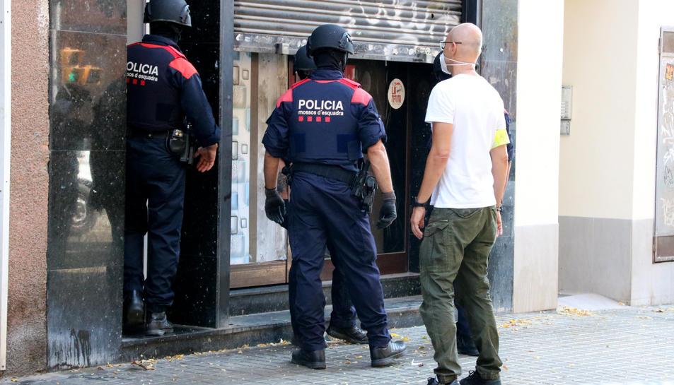 La unitat ARRO dels Mossos d'Esquadra entrant a una finca de l'Hospitalet de Llobregat.
