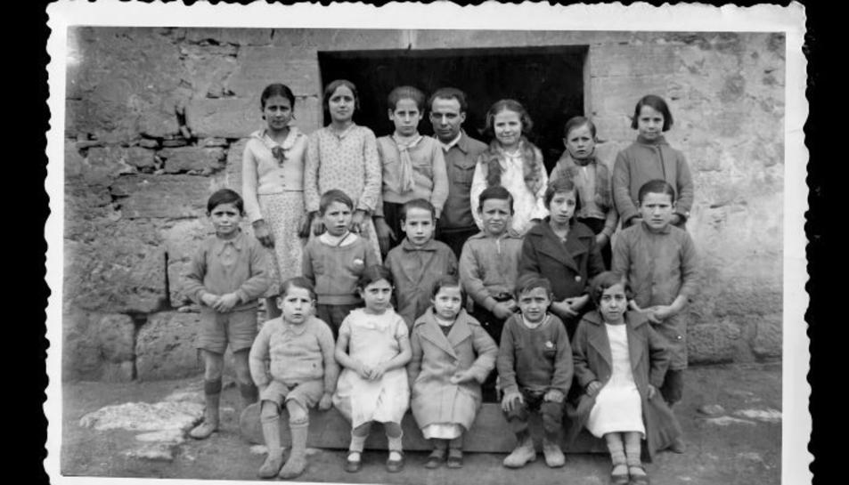 Imatge de Benaiges amb els seus alumnes.