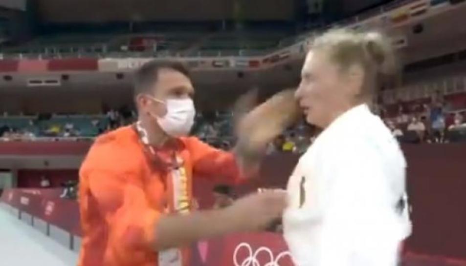 El moment del ritual, on l'entrenador li propina dues bofetades