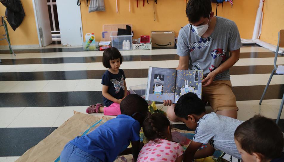Uns nens participants de l'Acadèmia d'Artistes de Tarragona, en una activitat centrada en la il·lustració.