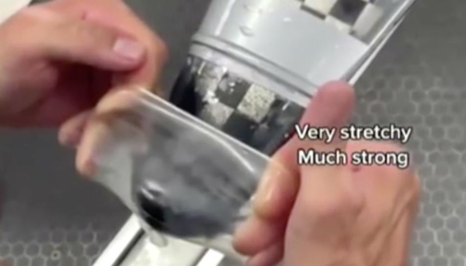 Captura del vídeo on es veu posant el preservatiu al caiac