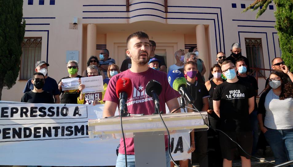 Maurici Sabater explicant davant dels jutjats de Gandesa els fets pels quals està investigat per un delicte d'ultratge a la bandera espanyola.