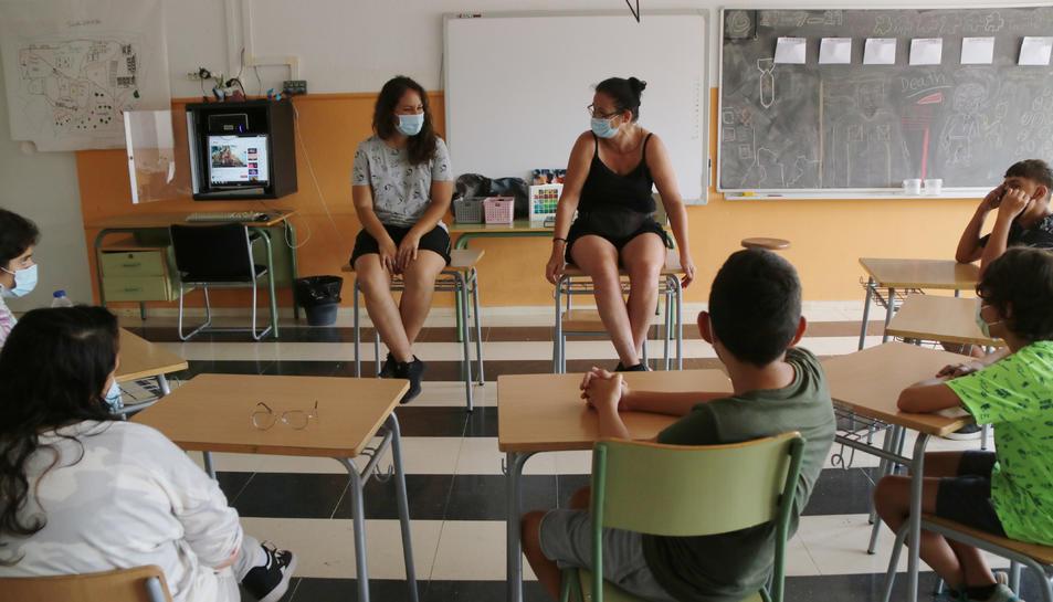 Pla general d'una sessió de l'Acadèmia d'Artistes de Tarragona amb adolescents.