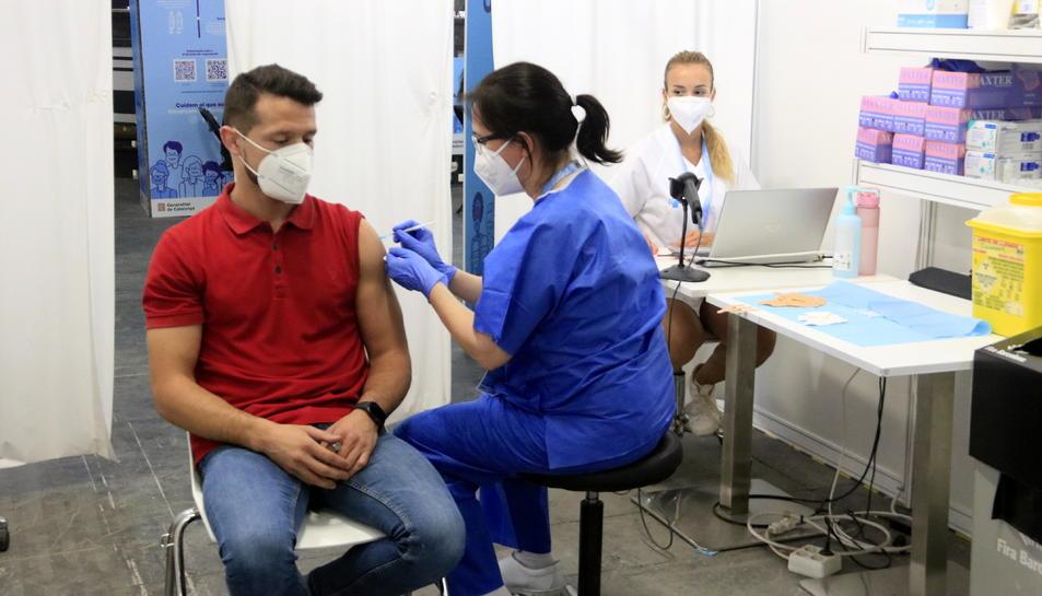 Imatge d'arxiu d'una infermera inoculant una vacuna a la Fira de Barcelona.