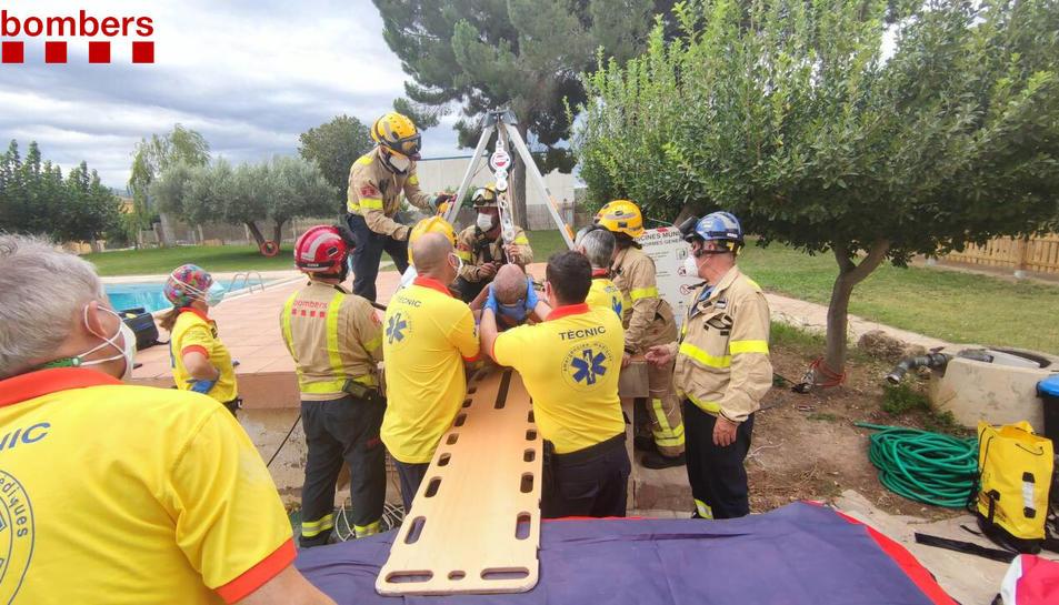 Rescaten un operari que havia caigut a la depuradora d'una piscina a Miravet