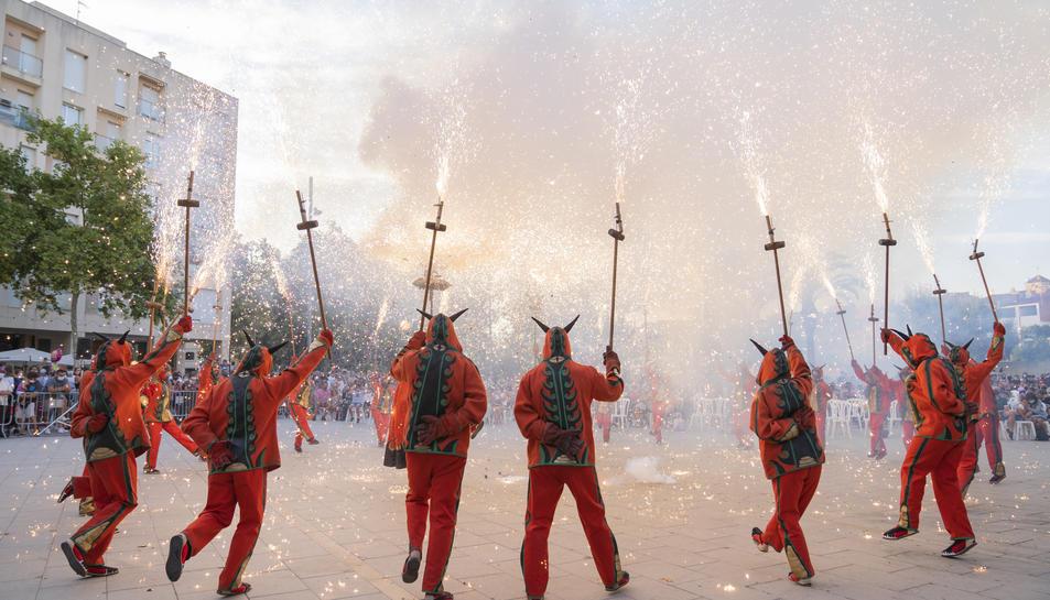 El Ball de Diables va obrir la tanda de lluïment del Seguici Tradicional al parc de la Riera.