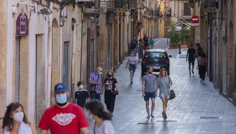 Un vehicle passa per un carrer de la Part Alta de Tarragona.