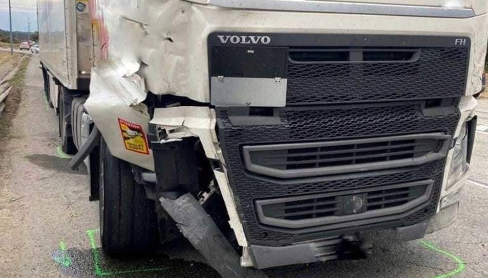 Imatge del camió amb els danys després d'haver tingut dos accidents.