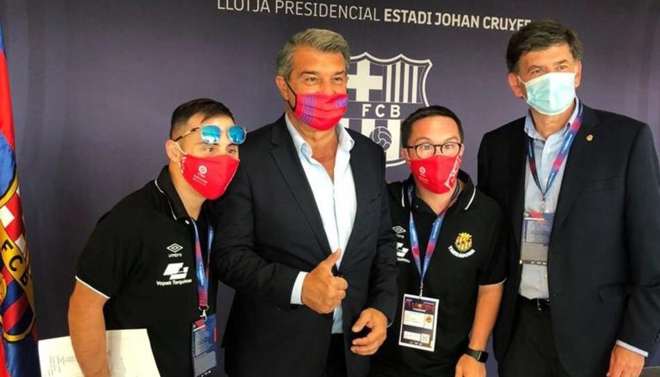 Els capitans del Genuine Álvaro Cano i Rubén Almazán amb Joan Laporta, president del Barça i Josep Maria Andreu, president del Nàstic.