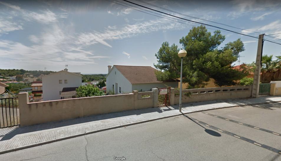 Un dels carrers del Castell de Montornès on hi ha ocupes.