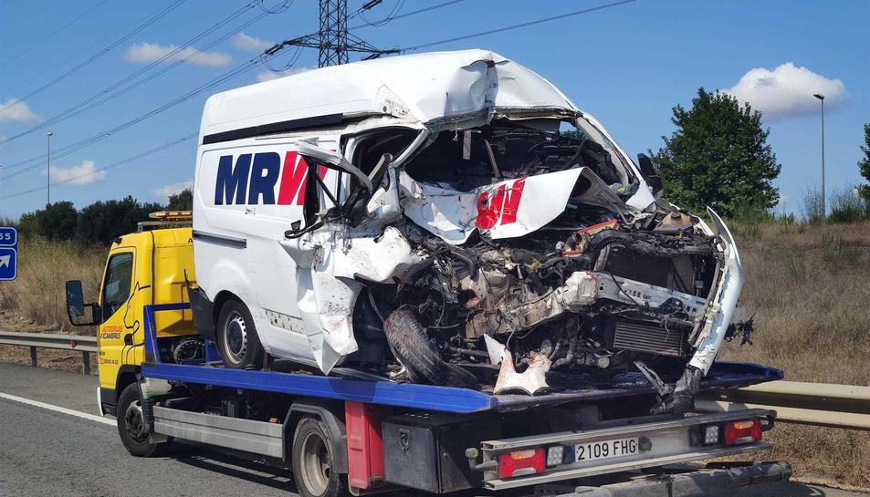 Estat en què ha quedat la furgoneta accidentada.