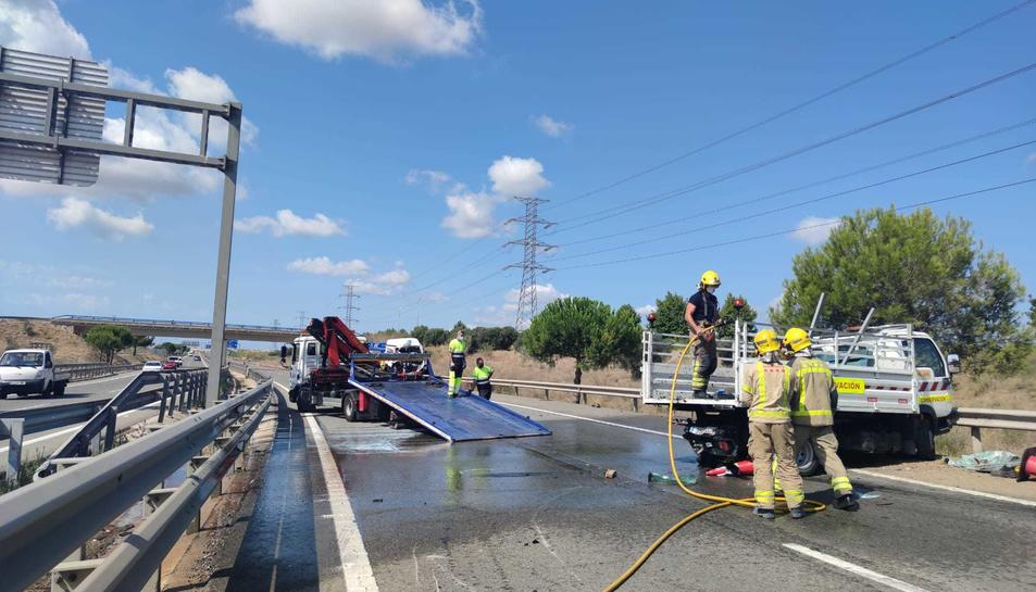 Imatge del vehicle de manteniment de carreteres accidentat.