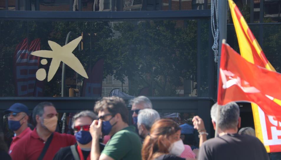 El logotip de CaixaBank a l'entrada de la seu de l'entitat a Barcelona, durant una manifestació contra l'ERO.