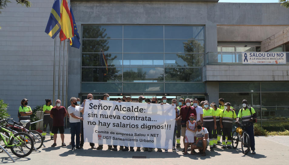 imatge dels treballadros concentrats davant l'edifici de l'Ajuntament.