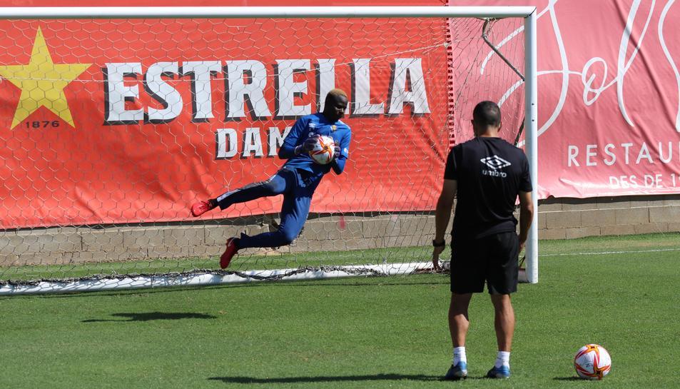 Cheikh Kane Sarr en un entrenament d'aquesta pretemporada sota les ordres de l'entrenador de porters, Manolo Oliva.