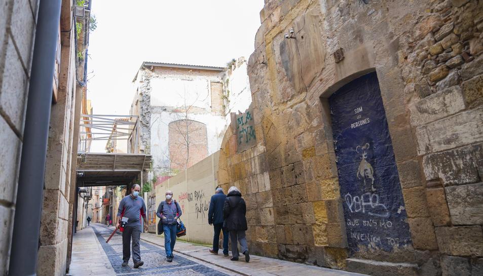 Imatge d'un edifici apuntalat, després d'un despreniment, al carrer Cavallers de la Part Alta de Tarragona.