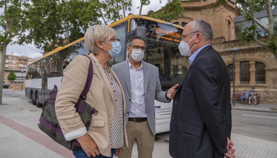 Trinitat Castro, David Prat i Carles Pellicer durant la visita a la nova estació de busos interurbans.