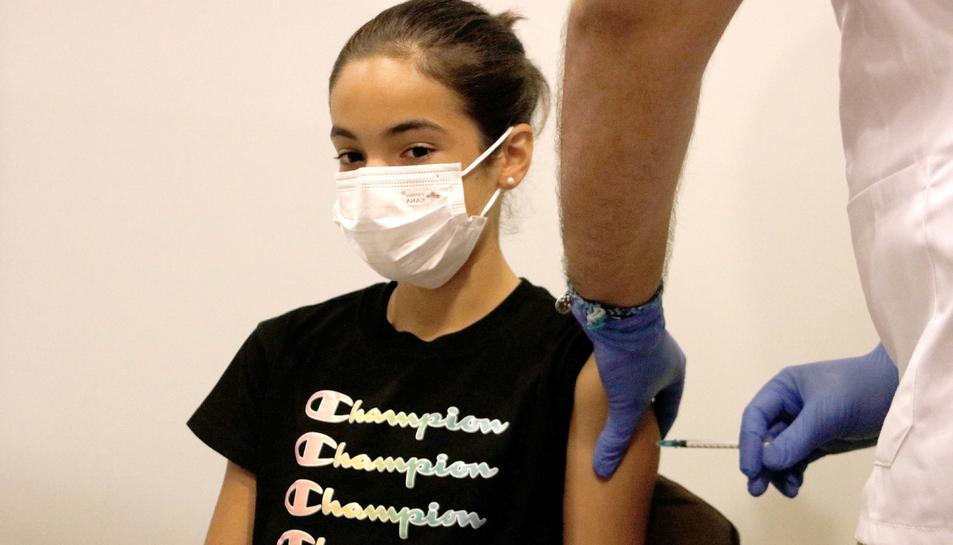 Una de les primeres noies entre 12 i 15 anys que s'ha vacunat a Manresa aquest dimecres.