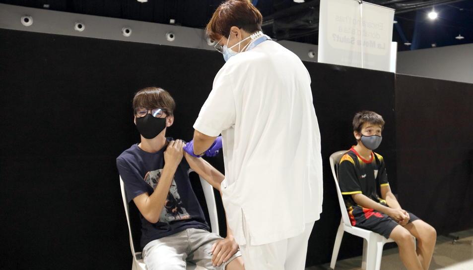 Dos adolescents al punt de vacunació de Tàrrega.