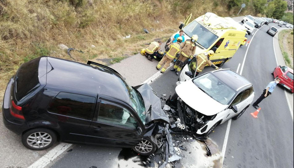 Imatge de l'accident frontal de trànsit entre dos cotxes a la C-14 a Montblanc.