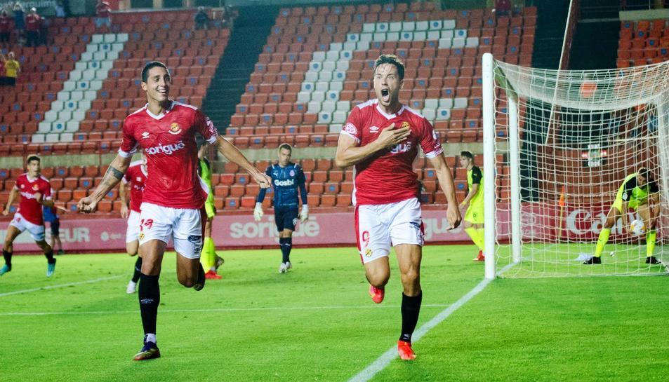 Pablo Fernández i Pedro Martín celebrant el gol del Malagueny