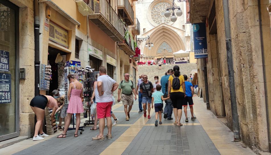 El carrer Major de Tarragona va veure durant el matí d'ahir com els turistes nacionals i estrangers hi anaven desfilant.